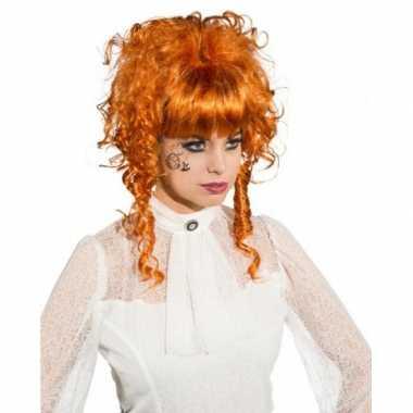 Koperkleurige pruik opgestoken krullend haar
