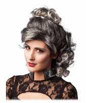 Grijs zwarte half lange haren pruik met krullen